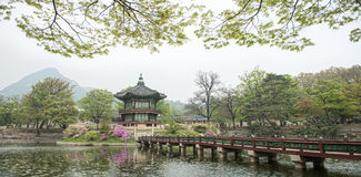 Padiglione esagonale di Hyangwonjeong del palazzo di Gyeongbokgung a Seoul, Corea Eretto da comando reale di re Gojong nel 1873 Immagine Stock