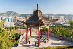 Padiglione nel parco di Baitashan in Lanzhou, con orizzonte della città nel fondo Fotografia Stock