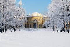 Padiglione nel parco innevato a Tsarskoye Selo Immagine Stock