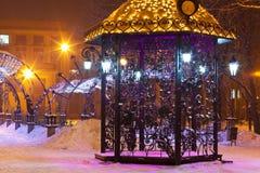 Padiglione nella sosta della città di inverno di notte fotografia stock