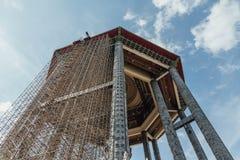 Padiglione ottagonale rinnovato sopra la statua bronzea alta di Guanyin del tester di piede e 30 a Kek Lok Si Temple a George Tow fotografia stock