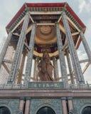 Padiglione ottagonale sopra la statua bronzea alta di Guanyin del tester di piede e 30 a Kek Lok Si Temple a George Town Panang,  fotografie stock libere da diritti