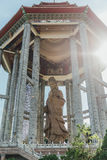 Padiglione ottagonale sopra la statua bronzea alta di Guanyin del tester di piede e 30 a Kek Lok Si Temple a George Town Panang,  immagine stock