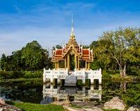 Padiglione reale tailandese in Lotus Pond fotografie stock