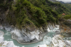 Padiglione sopra una scogliera, le montagne ripide, un burrone e un fiume a Taroko Fotografia Stock