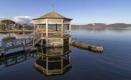 Padiglione sul lago del ` s di Massaciuccoli in Torre del Lago Puccini, Lucca, Toscana, Italia Fotografie Stock Libere da Diritti