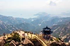 Padiglione sulla cima della traccia di Jufeng, montagna di Laoshan, Qingdao, Cina Fotografie Stock Libere da Diritti