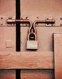 Padlock Брайна на двери твёрдой древесины Стоковые Изображения