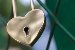 Padlock в форме сердца золота символ свадьбы и единство пар королевско Стоковые Фото