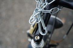 Padlock замок конца-вверх замка велосипеда при прикрепленная цепь безопасностью Стоковые Изображения RF