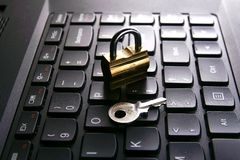 Padlock и ключ на клавиатуре компьютера Стоковая Фотография RF