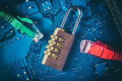 Padlock кабелей ethernet сети близко раскрытый на материнской плате компьютера Концепция информационной безопасности конфиденциал Стоковые Фото