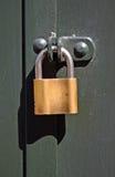 padlock на двери металла стоковая фотография rf