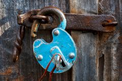 Padlock на двери гаража Строб запертый на замке стоковое фото rf