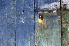 Padlock на скрепленной болтами голубой двери Стоковое фото RF