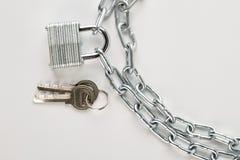 Padlock прикрепленный к серебряной цепи стоковые фотографии rf