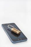 Padlock с комбинацией номера на мобильном телефоне стоковая фотография