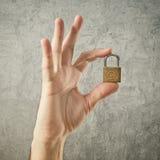 Padlock удерживания руки с символом авторского права Стоковые Изображения
