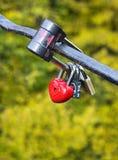 Padlock au coeur de forme sur le pont, symbole de l'amour Images libres de droits