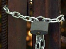 Padlock auf der Kette und schließen den Eingang zu Schutz von informieren sich Lizenzfreies Stockfoto