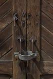 Padlock auf einer Holztür in einem Bahnhof in Italien Stockfotografie