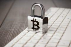 Padlock com símbolo do bitcoin no teclado de computador branco imagens de stock royalty free
