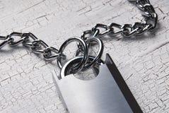 Cadeado e corrente na tabela de madeira Imagem de Stock