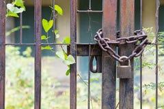 Padlock il lazo con la catena arrugginita nella vecchia casa Immagine Stock Libera da Diritti
