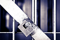 Padlock na porta da pilha de uma prisão em preto & no branco Fotografia de Stock Royalty Free