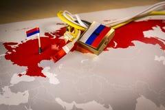 Padlock, o cabo líquido, bandeira de Rússia em um smartphone e em um mapa de Rússia imagens de stock