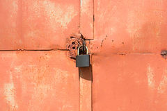 Free Padlock On An Old  Orange Garage Door Stock Photography - 96110262