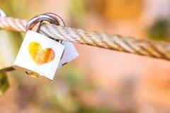 Padlock pour l'amour le cadenas blanc fermé avec le coeur Photo libre de droits