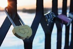 Padlock sob a forma de dois corações na ponte de Imagens de Stock