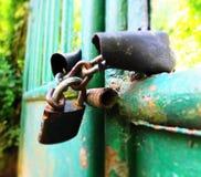 Padlock sur la porte de la maison de jardin Images stock