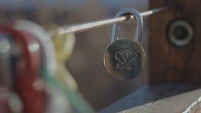 Padlock sur le pont d'un couple affectueux banque de vidéos