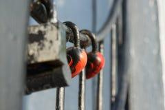 Padlocked auf Metallstangenbeton die Struktur Lizenzfreies Stockbild