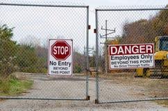 Zamknięta brama i znaki fotografia royalty free
