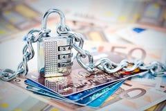 Padlocked Geld und Karten Stockfoto