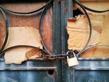 Padlocked kettete Kartoneisentür an Lizenzfreie Stockfotos