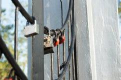 Padlocked na metali prąciach betonuje strukturę Fotografia Royalty Free