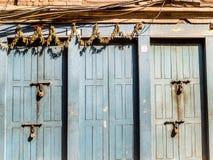 Padlocked yttre dörrar på Bhaktapur, Nepal Royaltyfri Fotografi