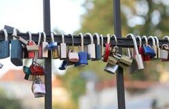 padlocks вися от моста символ бесконечных влюбленности и lo Стоковое Изображение RF
