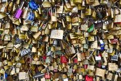 Padlocks влюбленности моста Pont des Arts. Стоковое фото RF