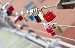 Padlocks влюбленности на мосте Стоковая Фотография