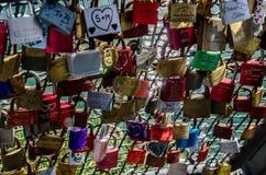 18 04 566 Padlocks на загородке моста стоковые фотографии rf