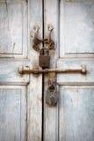 2 padlocks на старой двери Стоковая Фотография RF