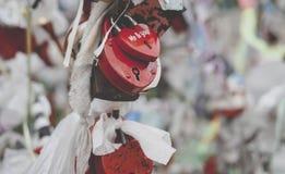 Padlocks символа влюбленности замужества прикованные на мосте Стоковые Фото