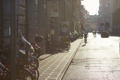 Padova, Italia - 24 agosto 2017: Le biciclette ed i motorini di motore hanno parcheggiato in una via calma Immagine Stock Libera da Diritti