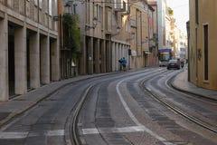 Padova, Italia - 24 agosto 2017: Via con una linea del tram di rotaie Tram della monorotaia sulle gomme Immagini Stock