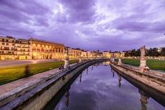 Padova Prato della Valle Sławny antyczny kwadrat przy półmrokiem Fotografia Stock